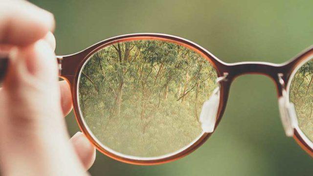 道枝駿佑さんが愛用するボストン型のメガネの画像