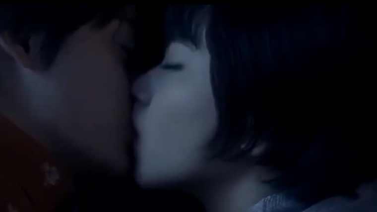 神尾楓珠と小松奈々のキスシーン画像