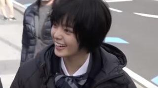 笑顔を見せる平手友梨奈