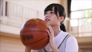 バスケットボールをする平手友理奈