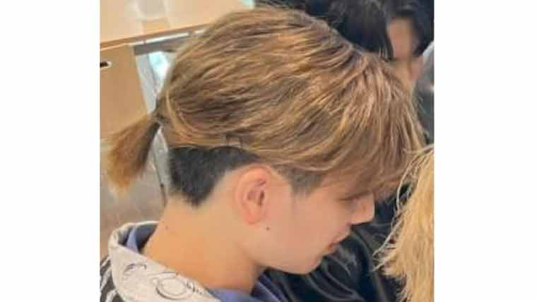 後ろ髪を束ねるようなスタイリングのマナトの髪型