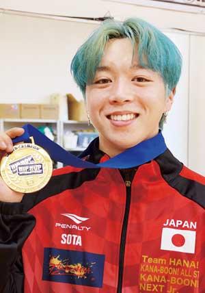 ダンス世界大会のメダルを持つソウタ